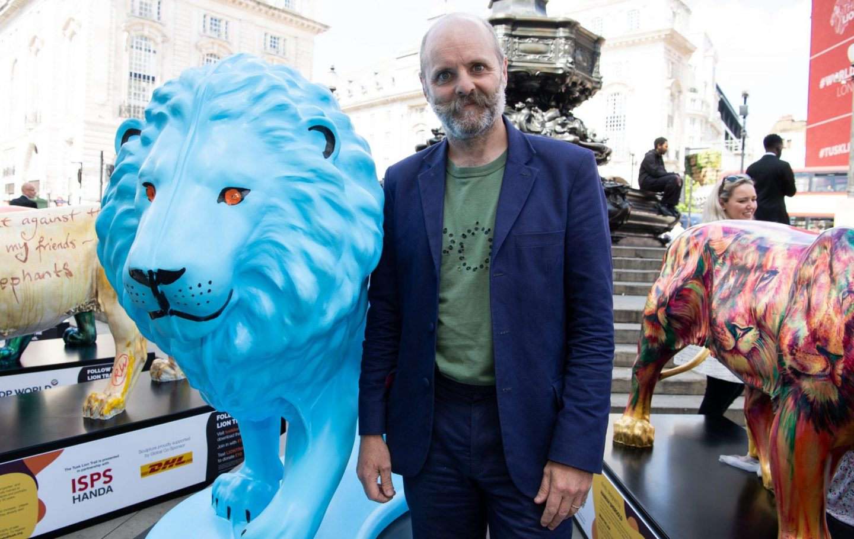 Gavin Turk with his Lion 'Blue Lion 2021'